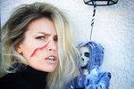 """Daniela Peštová (47) neměla v lásce Halloween, když se přestěhovala do Ameriky, jak píše u této fotky na Instagramu. Připadalo jí hloupé, aby se dospělí převlékali do kostýmů, a fakt, že není """"párty holka"""", tomu nepřidával. Jak je ale vidět, nakonec kouzlu strašidelného svátku podlehla, i díky dětem."""