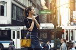 Barevná kabelka rozzáří černý outfit.