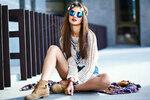 Přirozený, ženský a uvolněný, tak by se dal definovat boho styl. Outfity připomínající indiány a dobu hippies si zamilujete. Navíc se nehodí jen na letní festivaly, ale unosíte ho i v zimních měsících.