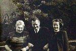 Marta byla sice nevzdělaná, ale ráda se smála. Na fotografii s manželem, dcerou a vnučkou.