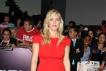 Kate Winslet se oblékla do dlouhých červených šatů.