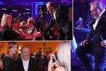 Takhle slavil Silvestra Karel Gott: Rozvášněné fanynky, tance a polibek od návrháře!