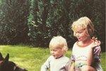 Podobu mezi sebou nezapřou: Poznáte, čí jsou tyto blonďaté děti?