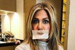 Jennifer Aniston v rukou vizážistky před Zlatými glóby. Jaký je trik pro bezchybné a hebké rty? Předtím, než se začnete líčit, naneste na rty balzám, nechte ho vstřebat a zatím si udělejte make-up. Poté si vezmete k ruce savé papírky, které přiložíte ke rtům. Tak se zbavíte přebytku balzámu a můžete nanášet rtěnku!