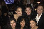 """Emma Watson (27), Susan Sarandon (71), Eva Longoria (42), Natalie Portman (36) a Tracee ellis Ross (45) se potkaly na Zlatých glóbech a všechny v černé! """"Miluju tyhle dámy,"""" napsala Emma k fotce."""