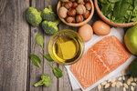 Losos a další tučnější ryby poskytují spousty tryptofanu a vitaminu B6, který pomáhá vytvářet serotonin.