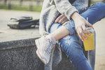 Zatímco loni jste po obchodech ve snaze sehnat jiné džíny než ty na tělo pobíhala marně, letos je všechno jinak. Módní diktát mluví jasně: skinny džíny jsou minulostí! Za jaké byste je tedy měla vyměnit, pokud chcete být letos IN?