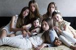 """Šest sester Flo (20), Millie (16), Bea (6), Oki (11), Clara (15) a Cecily (8) má ještě tři bratry. Celkově je jich devět dětí. V rámci tak početné skupiny vytvořily děti ještě menší skupinky. Často jsou nejmladší dva nejlepšími kamarády a dospívající sestry kamarádí zase spolu.   Bea: """"Mám osm sourozenců, tři psy, kočku, dvě rybičky a křečka, také bych si přála adoptovat děti, až budu dospělá!"""""""