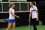 Lucie Šafářová a Karolína Plíšková na tréninku českého fedcupového týmu