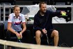 Karolína Plíšková se svým trenérem Tomášem Krupou během tréninku českého fedcupového týmu