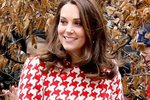 Červeno-bílý kabát se vzorem kohoutí stopy od Catherine Walker oblékla druhý den. Ke kabátku zvolila kabelku značky Chanel a lodičky Tod's.