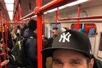 Leoš Mareš (41) přidal fotku, jak cestuje metrem. Docela obyčejná fotka, ale rozhořela se pod ní až nesmyslně velká diskuse. Jedni měli svátek z toho, že osobnost, jako je Mareš, cestuje MHD, druzí se dohadovali, že to není v Mumbaji, jak Leoš označil u fotky, ale přece metro v Praze. Jak málo stačí k zábavě!
