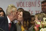 Leden 2018, Miloš Zeman líbá ve svém štábu dceru Kateřinu po vítězství ve 2. kole prezidentské volby