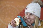 Ester Ledecká (22) se jednoznačně dnešnímfinálovým vítězstvím pasovala na titul královny olympijských her. V paralelním obřím slalomu žen na snowboardu se od ní skvělý výsledek očekával – na rozdíl od zlata v superobřím slalomu na lyžích, které vyfoukla těm největším favoritkám. Získat dvě zlaté olympijské medaile ve dvou odlišných disciplínách se podařilo získat v historii jen třem sportovcům a ona je jedním z nich! Bravo Ester!