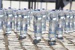 Balená voda obsahuje mikročástice plastu. Nikdo neví, co to s lidmi udělá