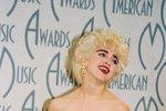 1987 - Tímto na sebe Madonna upozornila, na udílení hudebních cen se totiž přeměnila v Marilyn Monroe.