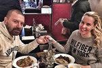 Na alimenty nemá, na opulentní hostinu v Irsku ano! Řepka s Kristelovou provokují