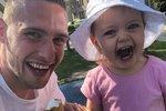 Při hlídání dcery Emy si fotbalista Kadeřábek užil očividně spoustu legrace!