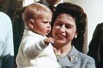 Královna se svým nejmladším synem Edwardem, hrabětem z Wessexu.