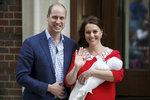 Vévodkyně Kate poprvé vyšla z porodnice po porodu třetího potomka, nejmladšího synka.
