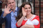 Královští rodiče si z porodnice odvážejí novorozeného syna