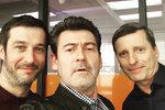 Radim Fiala si zahraje v seriálu Specialisté. Na fotografii je se svými kolegy Davidem Prachařem a Honzou Zadražilem. Vypadá to, že změna placu mu při natáčení prospěla.