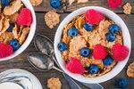 Snídat, či ne? Výživoví poradci radí, že bez toho hubnout nebudete, není přitom nutné se nafutrovat do dvaceti minut po probuzení. Zásadní však je, co si k snídani dáte– jsou bohužel jídla, po kterých prostě kila nezmizí, i když budete zbytek dne jíst předpisově.