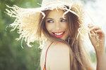Slaměný klobouk ochrání vaši hlavu před sluncem.