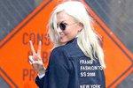 Karlie Kloss má na své bundě nejen jméno, ale i rozpis míst Fashion Weeku.