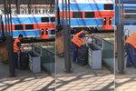 VIDEO: Všechno do jednoho pytle! Takhle se třídí odpad na hlavním nádraží. Na vině jsou cestující, říká SŽDC