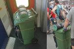 Na co drahé kufry? Muž v Praze přišel do vlaku s popelnicí!