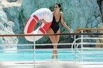 Kendall Jenner jako sexy diva v jednodílných plavkách.