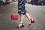 Barevné boty je těžší kombinovat.