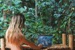 Nahá blogerka žije v džungli a pije z řeky. Fanoušci jí tento život závidí
