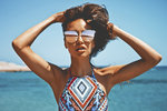Během léta naše vlasy dostávají pořádně zabrat. Slaná a chlorovaná voda jim zrovna dvakrát neprospívá, a proto je důležité se o ně pořádně starat. Stejně jako chráníte před slunečními paprsky své tělo, nezapomínejte také na vlasy.