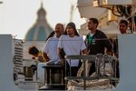 Migranti, které nechce Česko, se vyloďují na Sicílii. Kdo jim pomáhá?