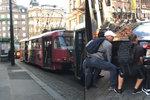 """VIDEO: Hej rup! Audi v centru Prahy blokovalo tramvaje, cestující to """"vzali do vlastních rukou"""""""