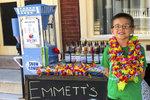 Emmett u svého přístroje na nejlepší tříšťovou zmrzlinu v ulici!
