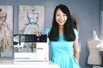 Sarah Tyau se svým šicím strojem.