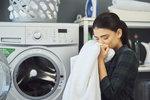 Ráda byste se po sprše či koupeli zabalila do heboučkého ručníku, jenže místo toho máte doma jen drsné a málo savé barevné dekorace do koupelny? Nezoufejte, poradíme vám, jak při nákupu vybrat ty správné ručníky a osušky a jak o ně co nejlépe pečovat.
