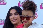 Kim Kardashian přivedla svoji dceru North na akci LOL Kids Fashion show. Pro pětiletou North to byla první módní přehlídka, na které se prošla po mole jako modelka. Pro tuto příležitost jí slavná maminka dovolila červenou rtěnku.