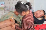 Jia Jia zůstala s otcem sama a pomáhá mu jako dospělá žena!