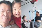 Šestiletou holčičku opustila vlastní matka. Nyní se o ochrnutého otce stará sama.
