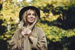 Nechcete moc utrácet, ale ráda byste svůj šatník obohatila nějakým trendy podzimním kouskem? To není tak složité. My jsme pro vás našly ty nejlevnější trendy, které jsou právě teď v obchodech k dostání. Pořídíte si šaty, kabát nebo baretku?