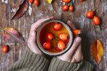 Blahodárných účinků šípků využívali už ve starověkém Řecku a Římu, přesto dnes zůstává tato plodina nedoceněná. Přitom je bohatým zdrojem vitaminu C, silného antioxidantu karotenu, lykopenu a dalších vitaminů, jako jsou provitamin A, K a vitaminy skupiny B. Naučte se tento symbol podzimu zpracovat a využijte šípky v kuchyni! V sychravém počasí vám posílí imunitu a pomohou i při nachlazení.