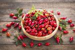 Krásně červené plody šípků jsou symbolem podzimu. Jsou také velkým a dobře dostupným zdrojem vitaminu C. Proto neváhejte se sběrem, je nejlepší čas. Poradíme vám, jak se o úrodu postarat, abyste z ní měla co největší užitek.