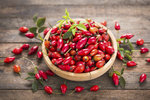 Krásně červené plody šípků jsou symbolem podzimu. Jsou také velkým a dobře dostupným zdrojem vitaminu C. Proto neváhejte se sběrem, je nejlepší čas. Poradíme vám, jak se o úrodu postarat, abyste z ní měli co největší užitek.