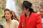 Polovina devadesátých let - křehoučká Lisa Marie Presley s druhým mužem Michaelem Jacksonem. V té době už měla dvě děti z předchozího manželství.