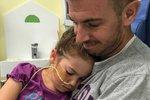 Elizabeth se svým tatínkem v nemocnici.