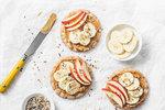 Zdravou nutričně vyváženou svačinou jsou i rýžové chlebíky s arašídovým máslem a ovocem. Zaženou hlad a uspokojí chutě na sladké.